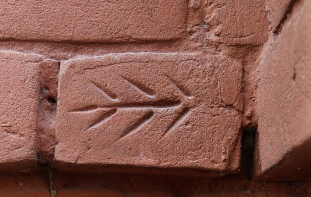 рисунок на старинном кирпиче омск